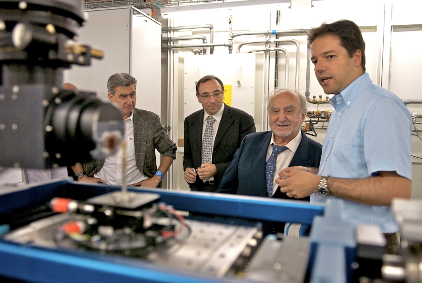 Nicolas Hayek during a conversation with PSI scientists about the fuel cell research at the Swiss Light Source SLS.