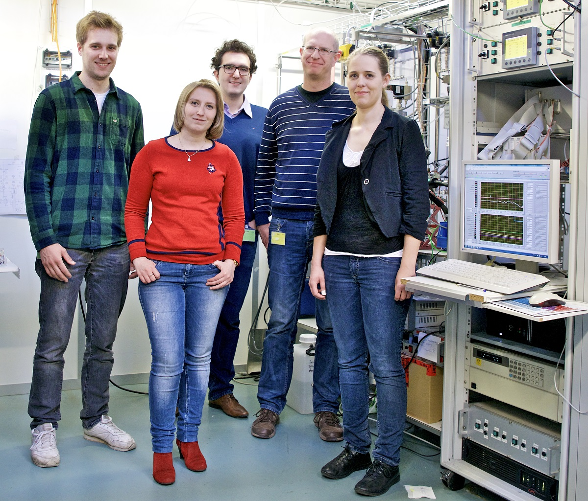 Membranes & Electrochemical Cells research group in front of fuel cell test bench.