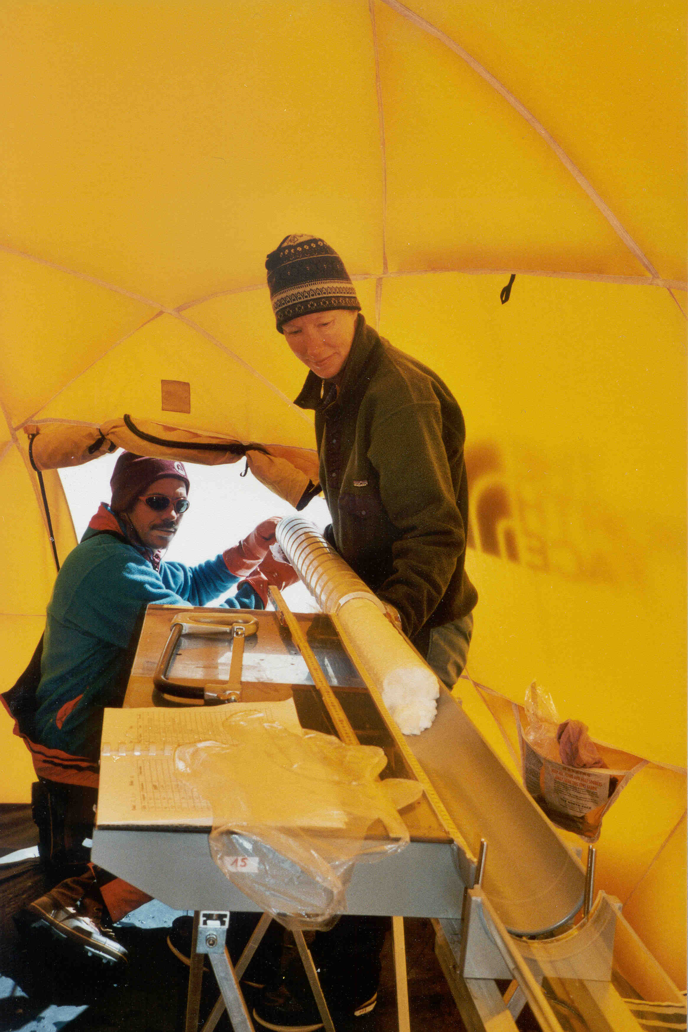 Climate research in the Altai Mountains: the mountain guide Beat Rufibach and PSI researcher Margit Schwikowski remove the ice core from the drill (PSI/Susanne Olivier)