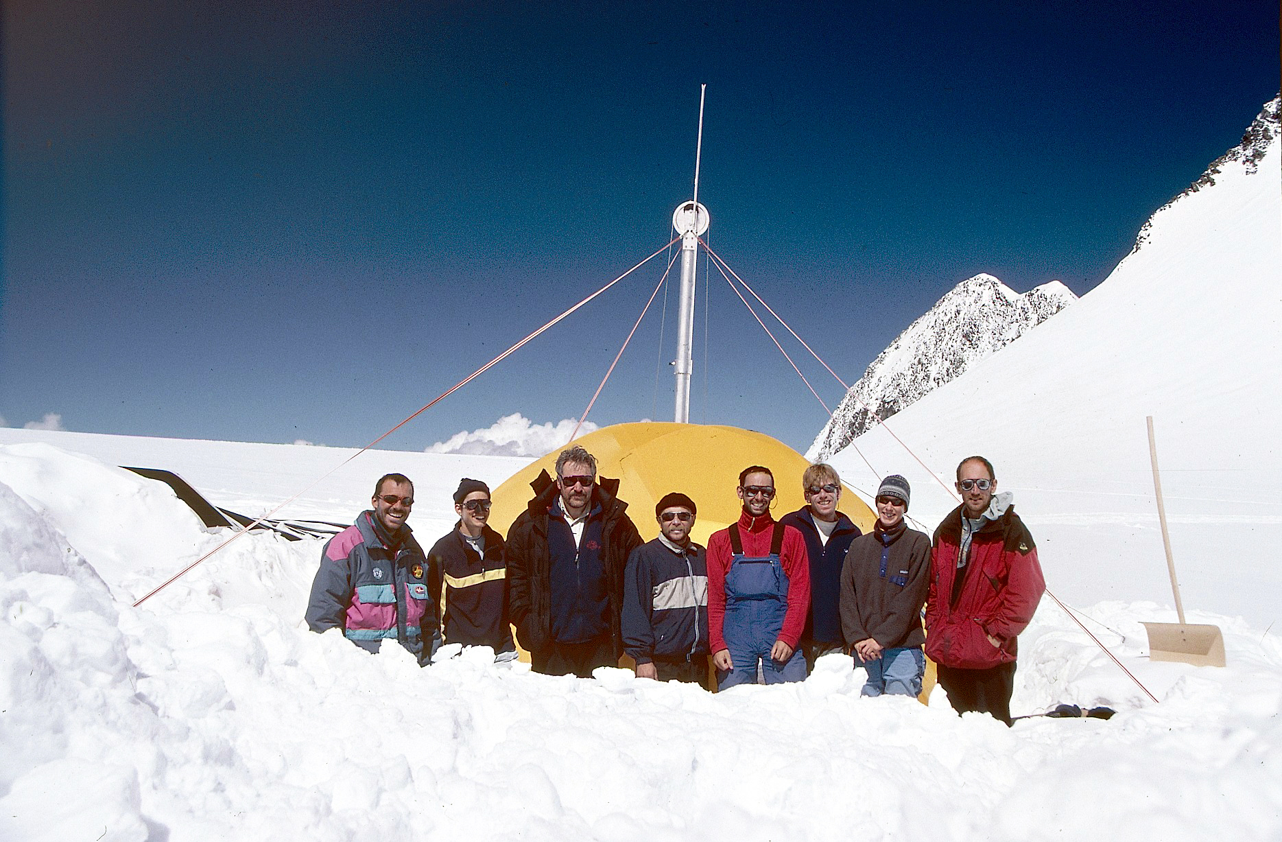 The research team in the Altai Mountains. In the background: the drill tent. (Aufnahme PSI/Patrick Ginot)