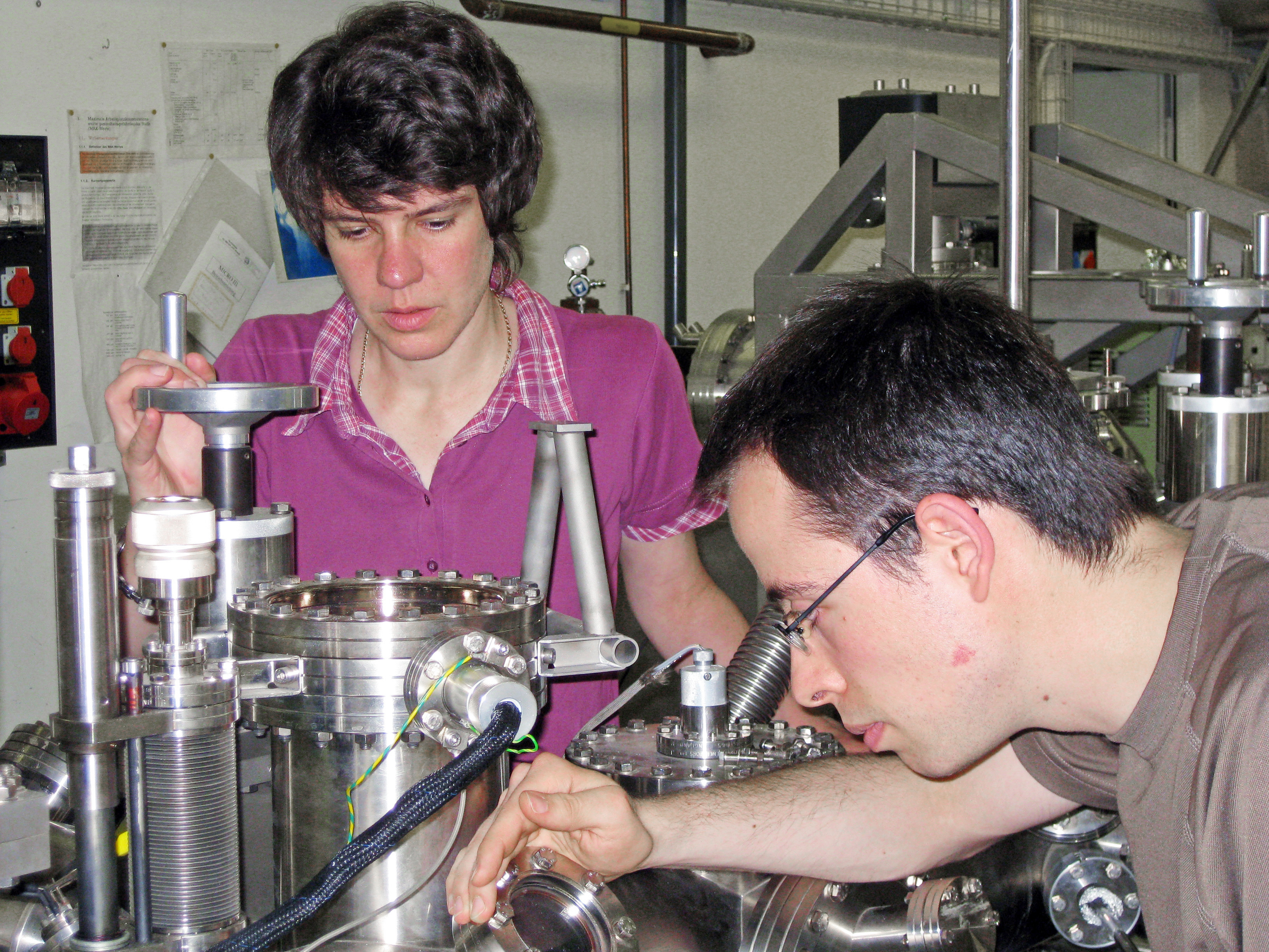 Teamwork: Meike Stöhr and Manfred Matena working on the ultrahigh vacuum system at the University of Basel. (Photo: University of Basel)