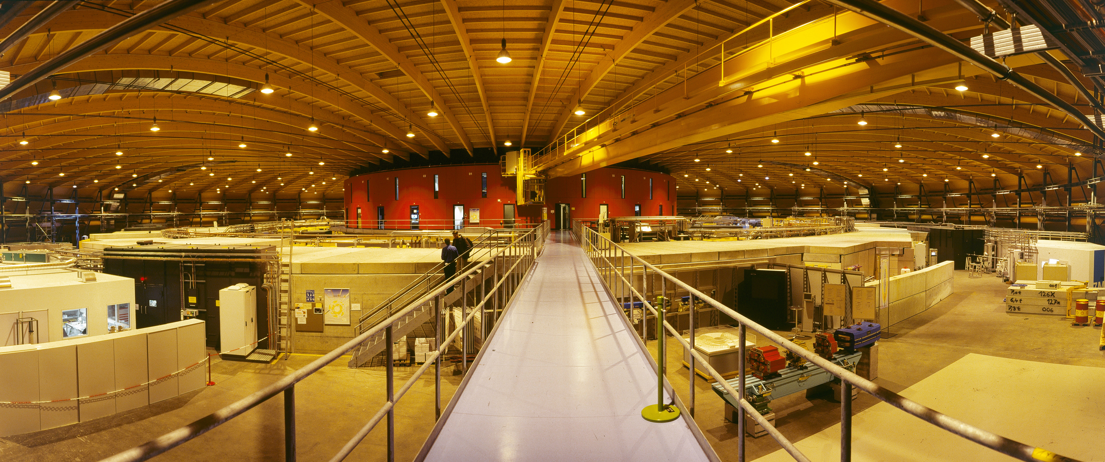 Interior view of the experimental hall at the Swiss Light Source SLS (Photo: H.R. Bramaz/PSI)