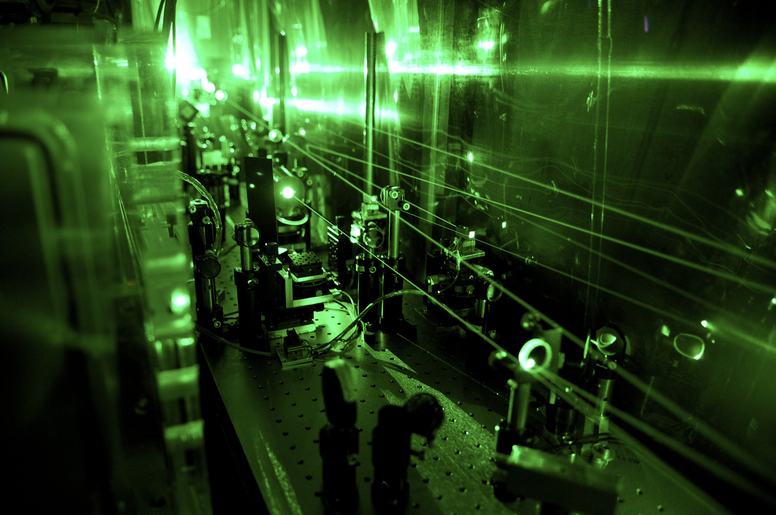 Part of the laser facility needed for the experiment for the determination of the radius of the proton. Here, invisible infrared laser pulses are transformed into green laser light. (PSI/A. Antognini und F. Reiser)