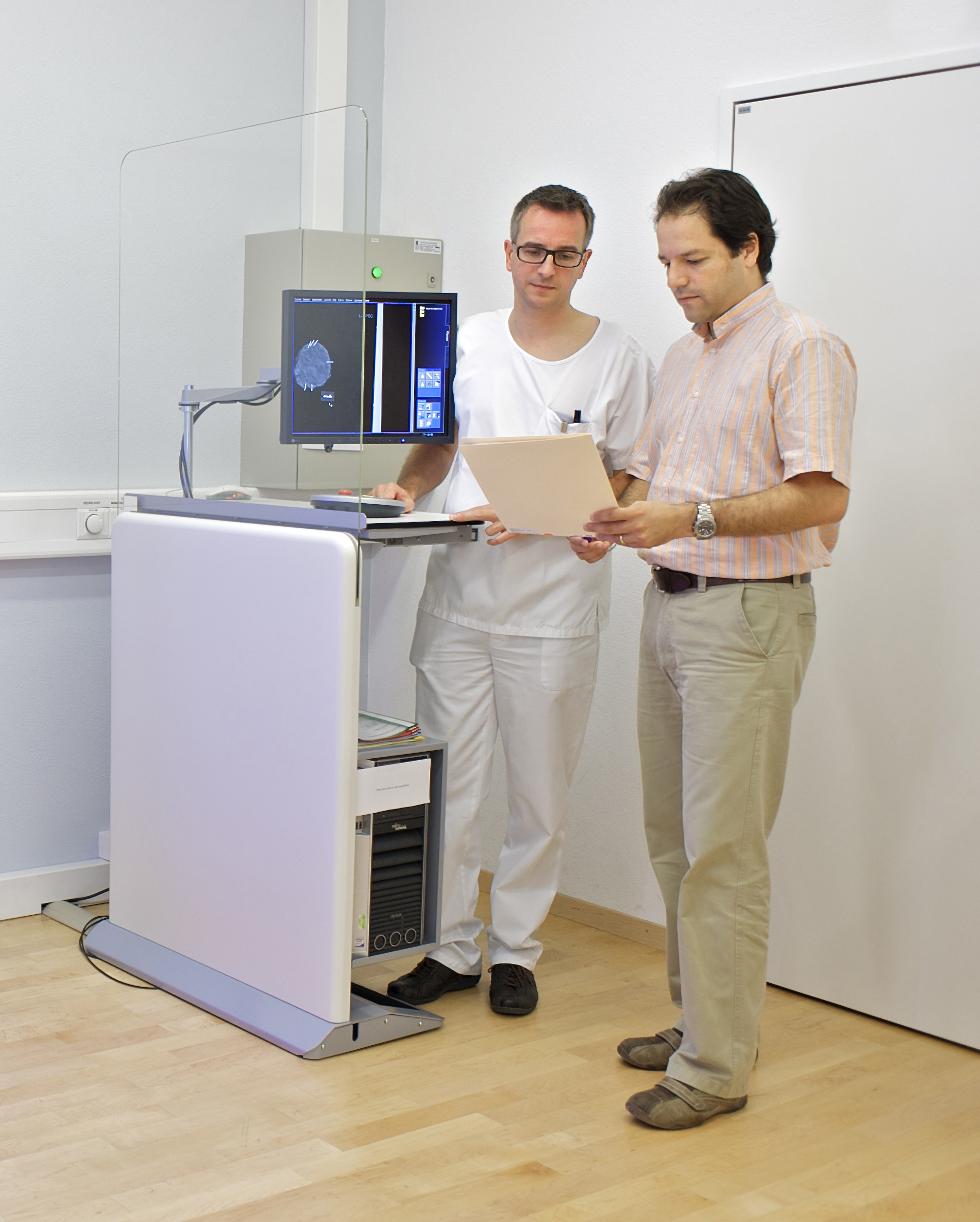 Dr. Nik Hauser and Prof. M. Stampanoni discuss results in the mammography room at Kantonsspital Baden. (PSI/M.Fischer)