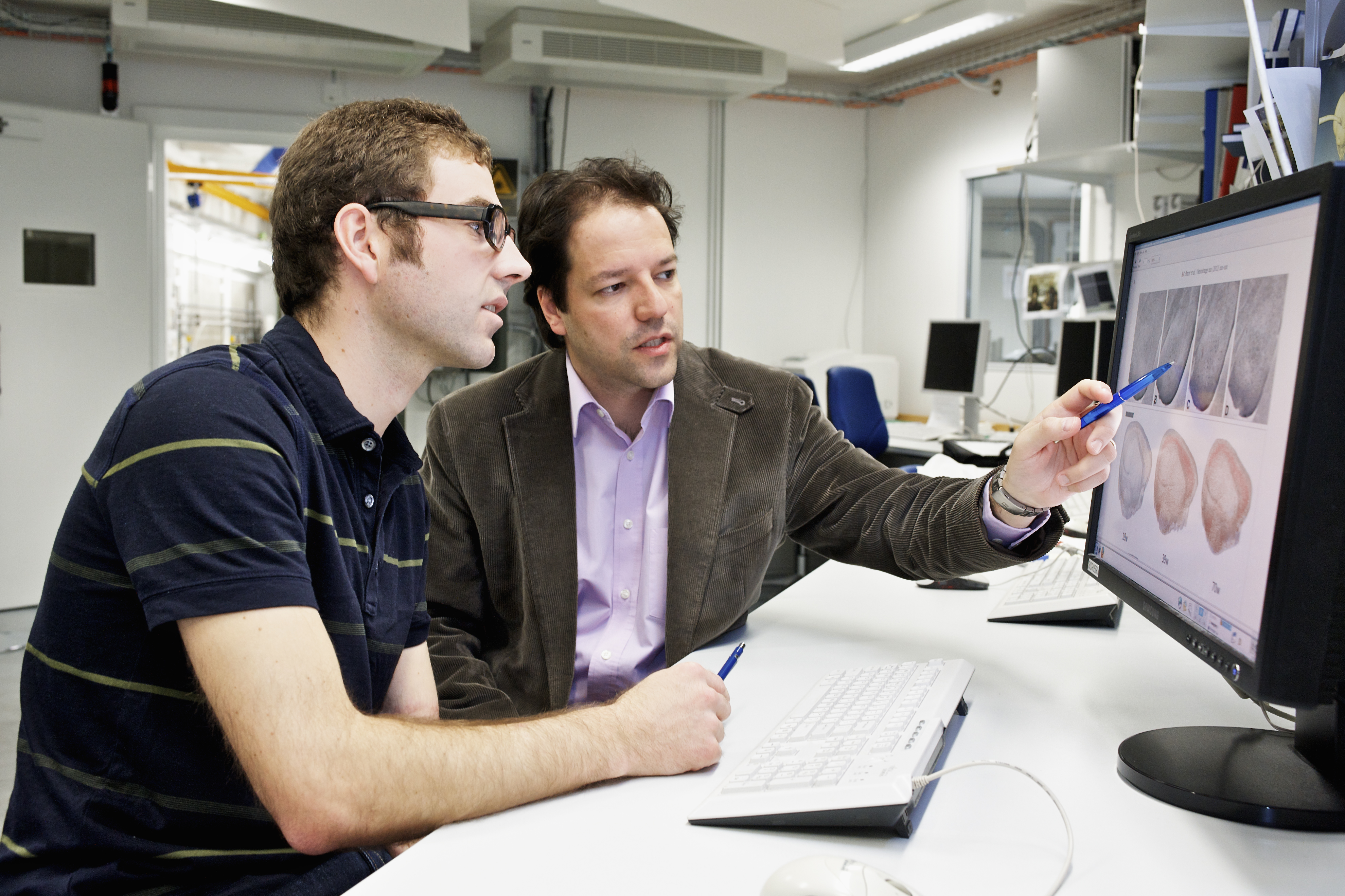 PSI researchers Bernd Pinzer and Marco Stampanoni discussing the results of their investigations on Alzheimer's disease. (Photo: Paul Scherrer Institute/M. Fischer)