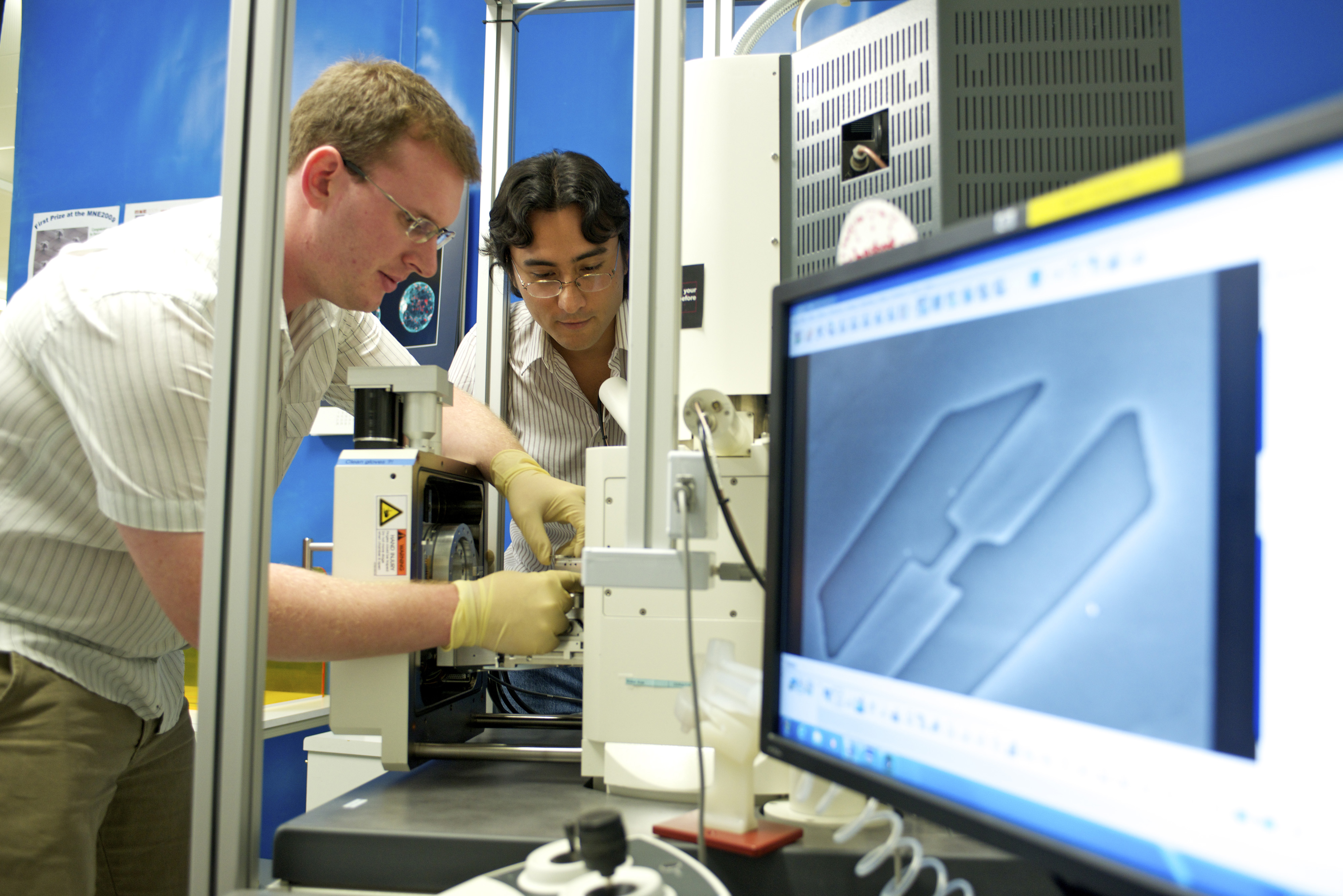 Martin Süess and Renato Minamisawa preparing an experiment on nanowires at the electron microscope. (Photo: Paul Scherrer Institute/F. Reiser)<br><br>Please note: all images are for single use only to illustrate this press release and are not to be archived. Please credit the copyright holder.