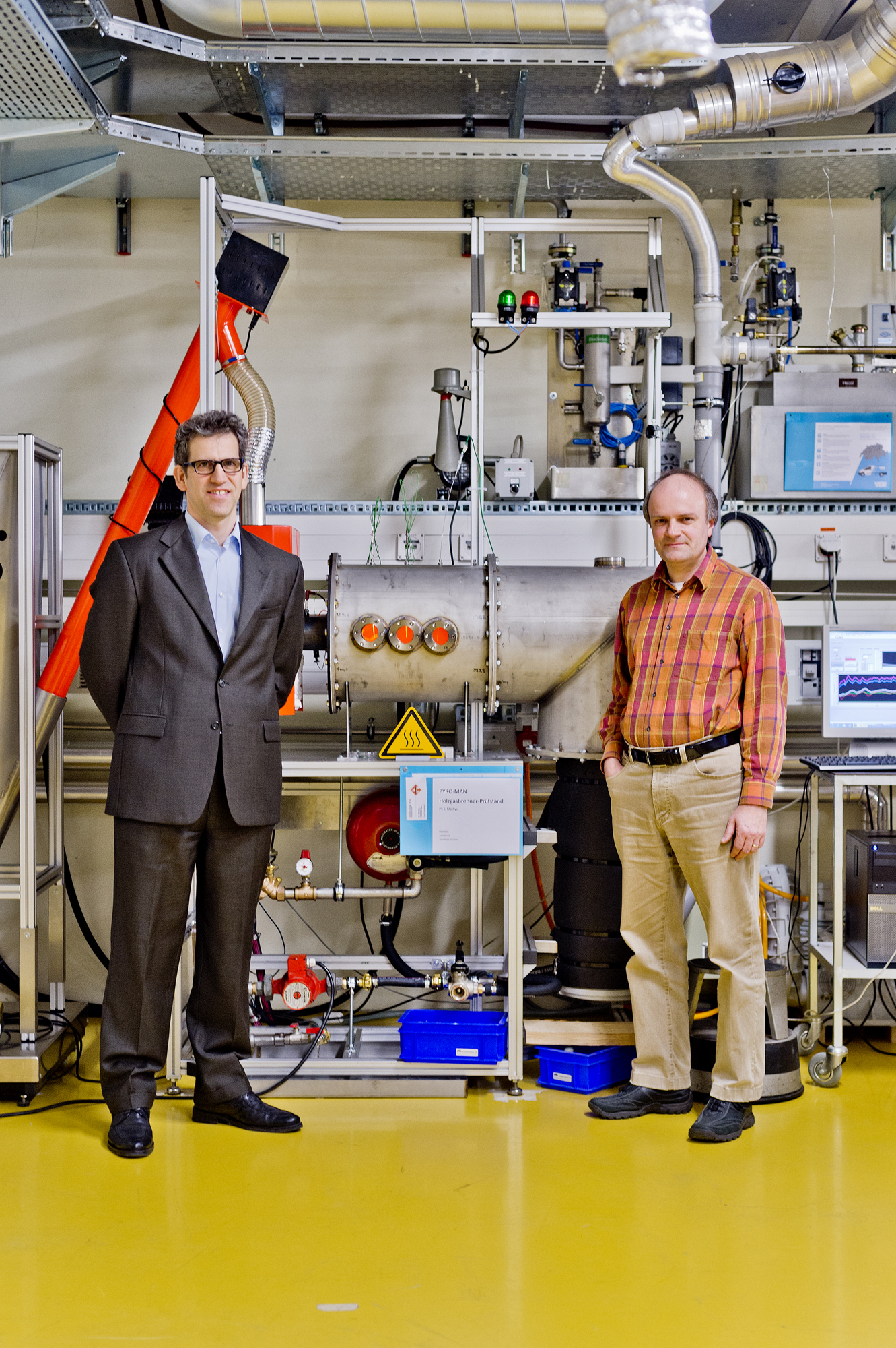 Pictured in front of the new wood gas burner test rig in the laboratory building of the School of Engineering of the University of Applied Sciences FHNW in Brugg-Windisch are (from left) Prof. Dr. Timothy Griffin, Head of the Institute of Biomass and Resource Efficiency (IBRE), and Prof. Dr. Frédéric Vogel, Deputy Head of the IBRE and Head of the Catalytic Process Engineering Group at the PSI. (picture: Emanuel Freudiger / AZ Media)