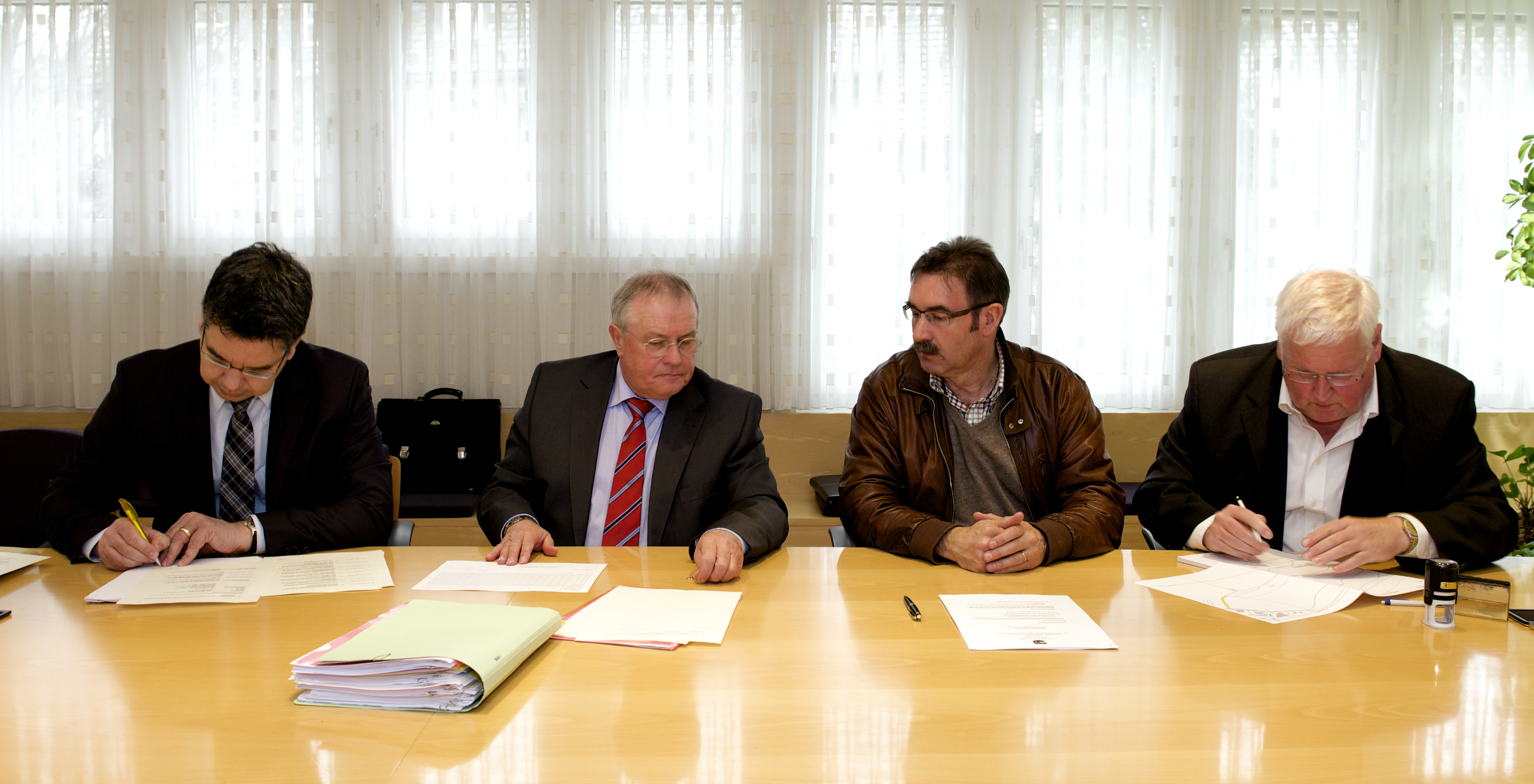 Signing of the building rights agreement with representatives of the Citizens' Commune of Würenlingen. Pictured are: Simon Stemmer, Head of Building Works, ETH Board, Kurt Bächli, notary, André Zoppi, Mayor, and Andreas Senn, Communal Chancellor.