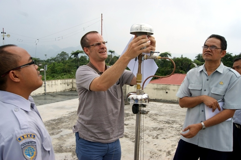 The PSI researcher Nicolas Bukowiecki (center) assists on-site technical staff of the CATCOS station in Indonesia with technical and scientific issues. Image: Paul Scherrer Institute.