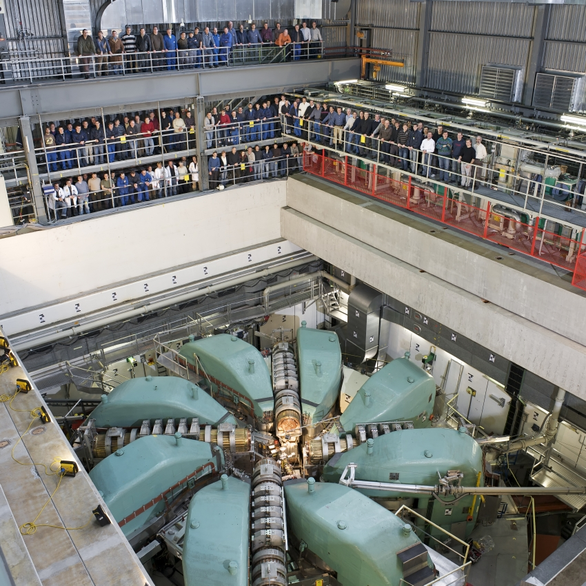 The PSI's large proton accelerator. The photograph was taken in 2010 when the roof shielding had completely been removed. Members of staff working at the facility are visible in the gallery.  (Photo: Paul Scherrer Institute/Markus Fischer)