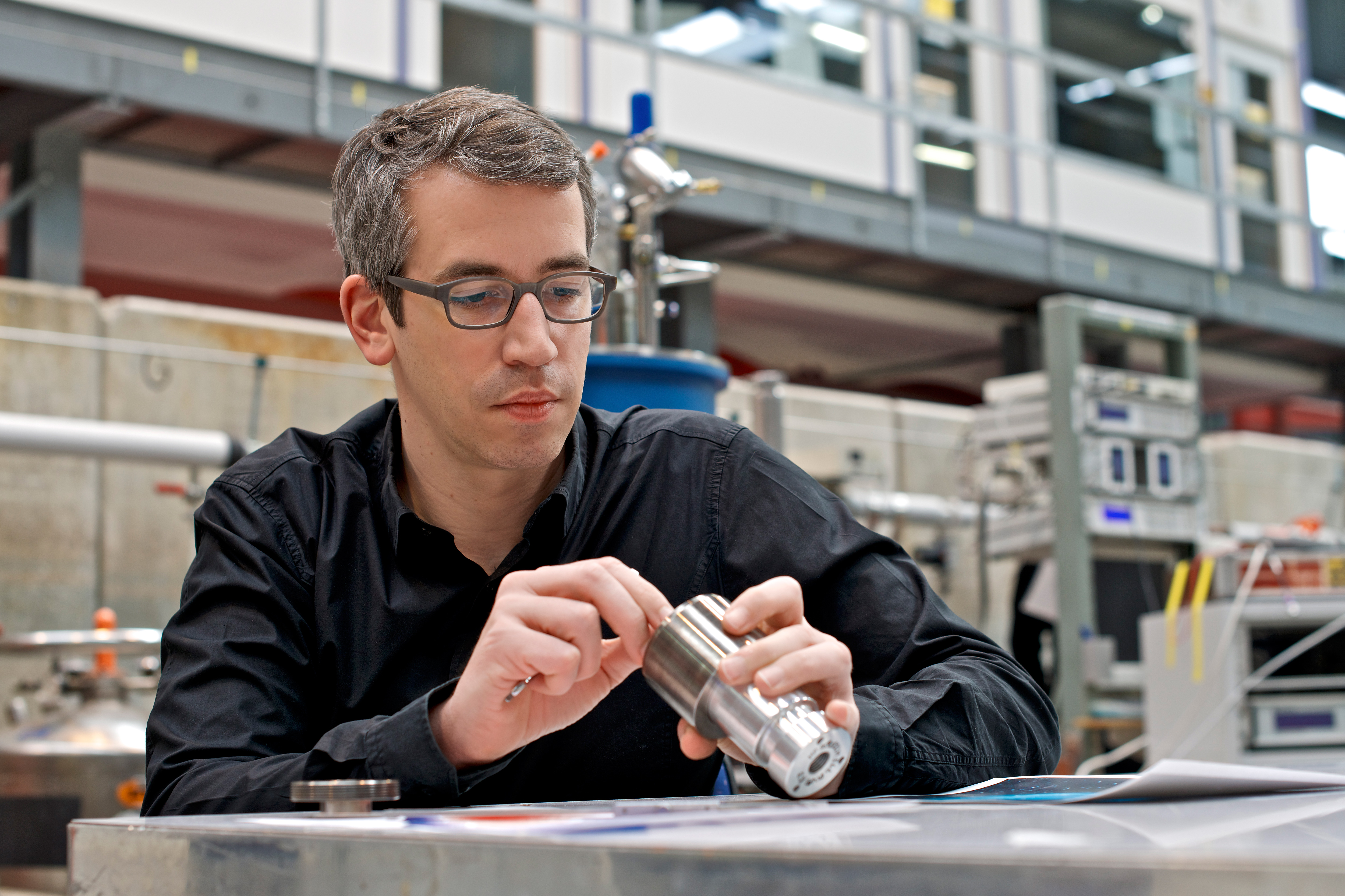 Christian Rüegg from the Paul Scherrer Institute preparing a pressure cell for a neutron scattering experiment. The pressure is applied by compressed helium. (Photo: Paul Scherrer Institute/Markus Fischer)