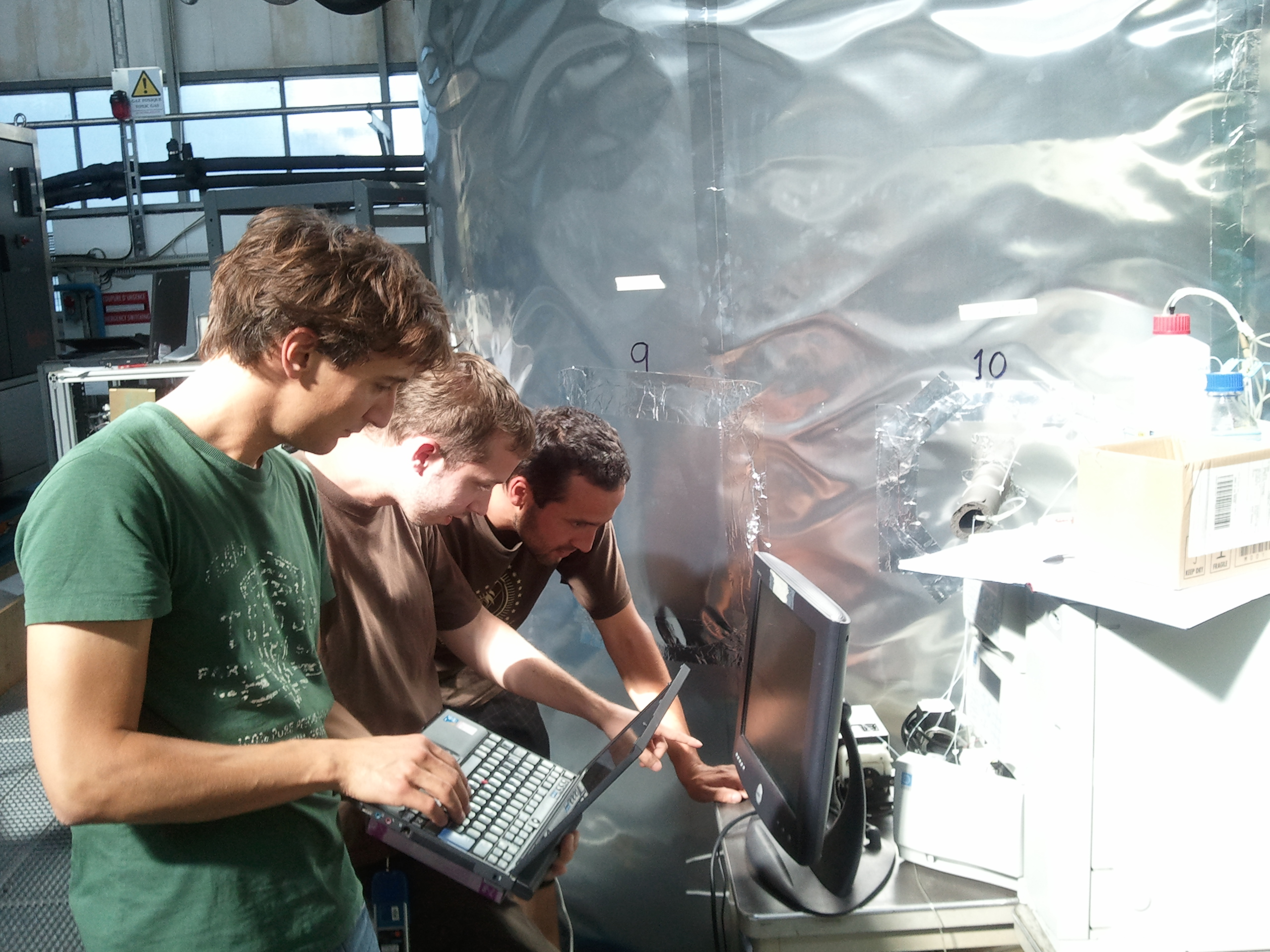 The Ph.D. students Francesco Riccobono, Arnaud Praplan and Federico Bianchi (from left to right) during the discussion of the results of the experiments at CLOUD. Copyright: CERN.