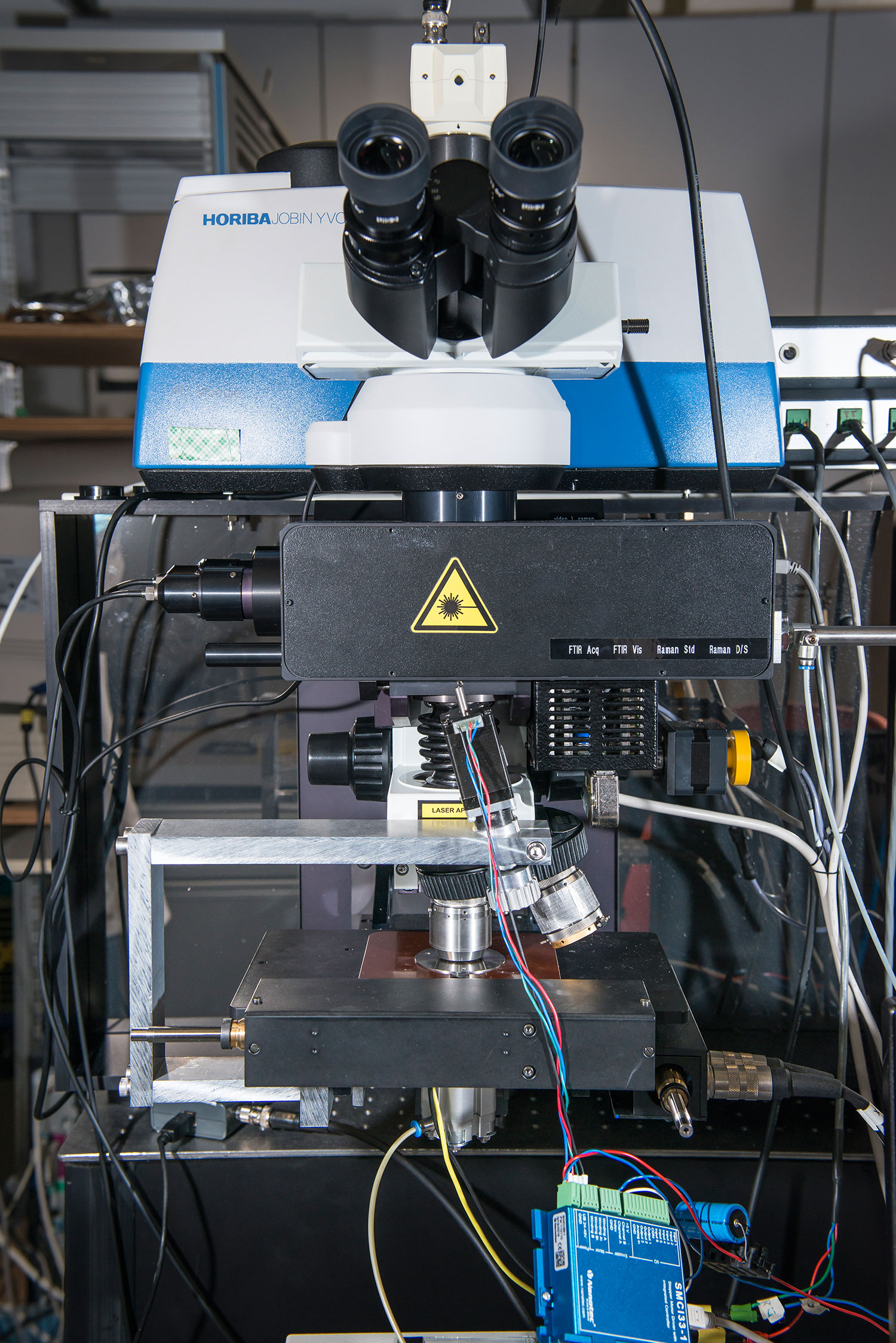 The combined Raman and infrared microscope with an automatic changer adapted by Patrick Lanz. Photo: Paul Scherrer Institute/Mahir Dzambegovic.