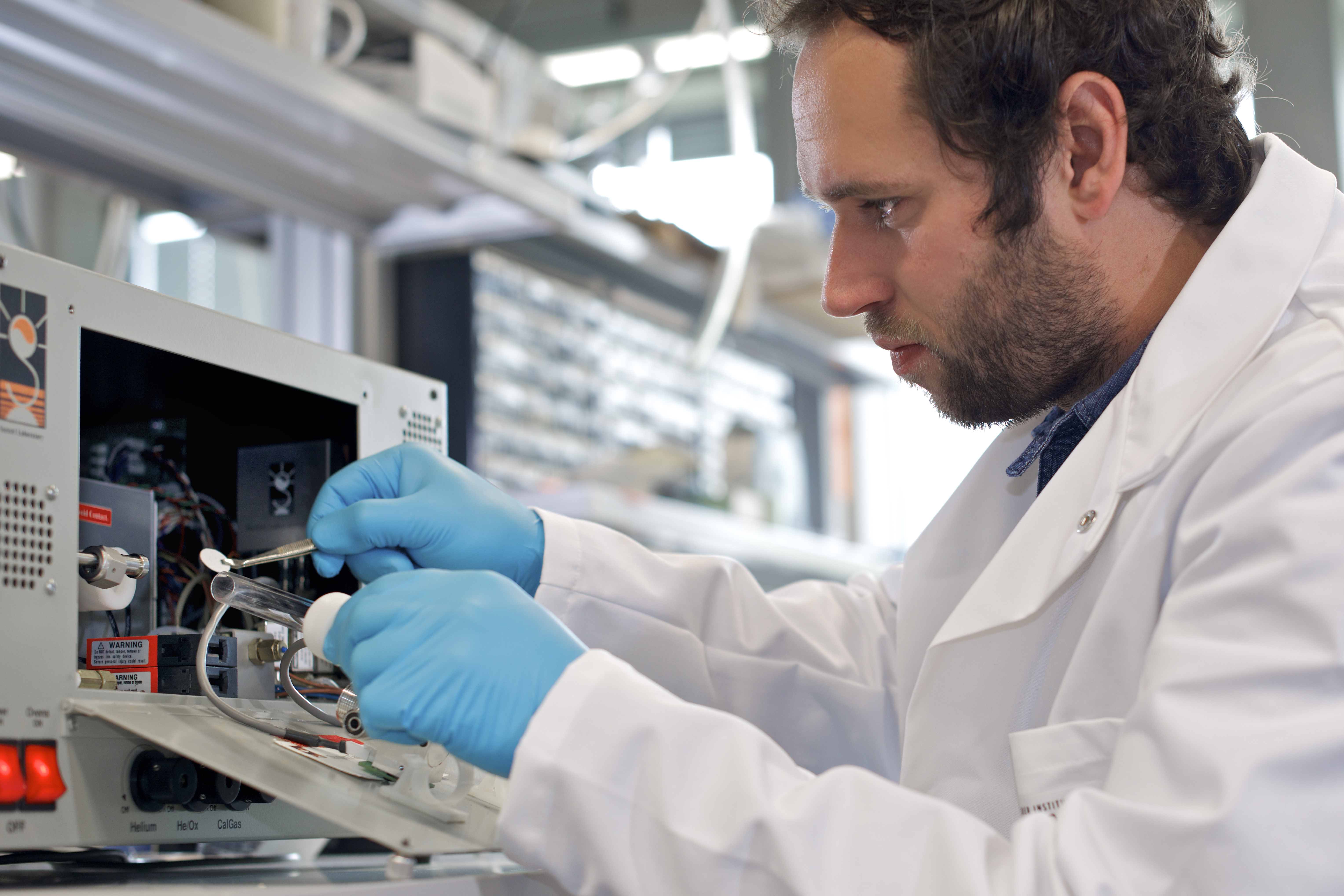 Peter Zotter working on the filter samples of fine particulate matter. Foto: Paul Scherrer Institute/Markus Fischer.