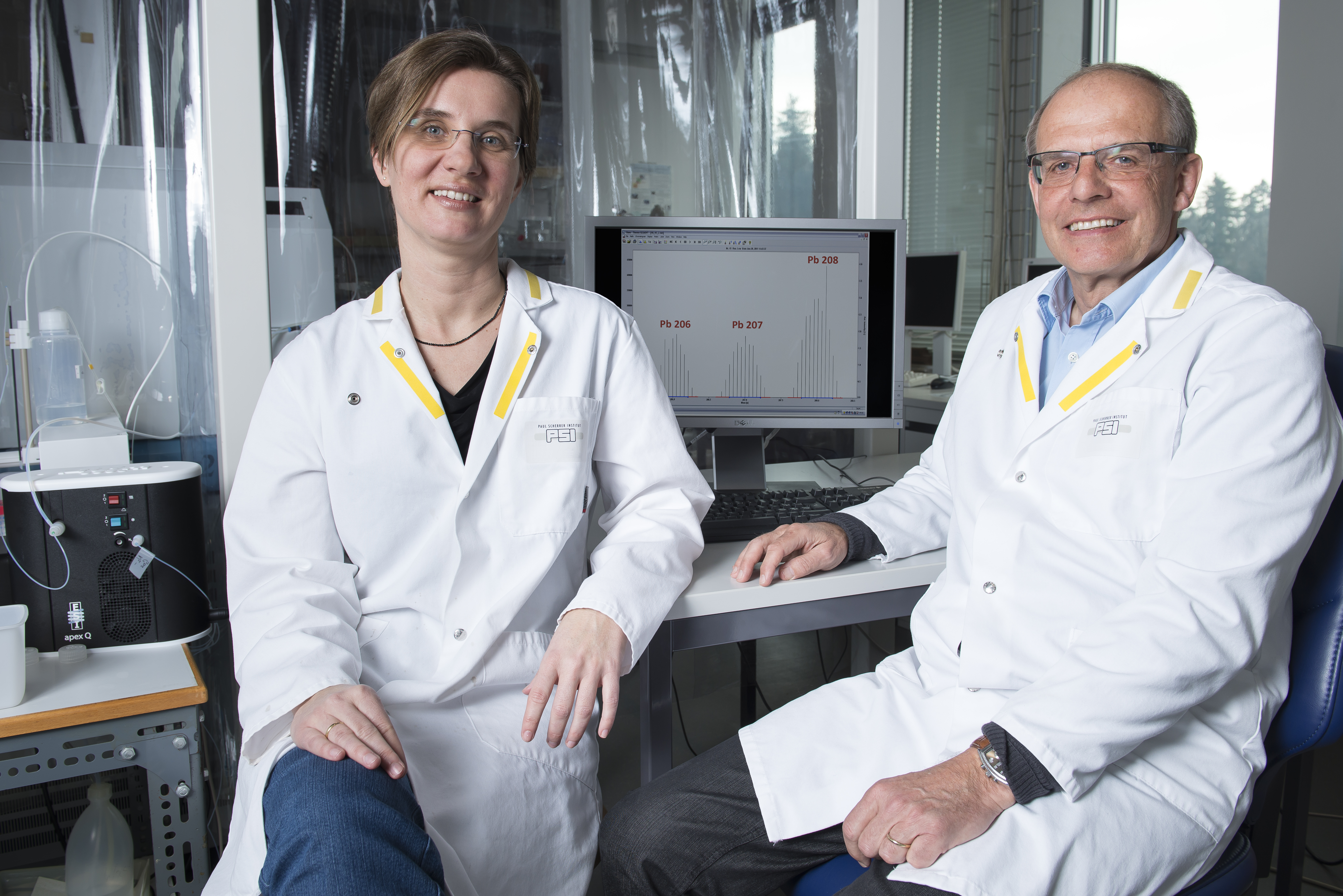 The PSI researchers Anja Eichler (left) and Leonhard Tobler (right), two authors of the study, in the lab, where the measurements with the mass spectrometer were conducted. Photo: Paul Scherrer Institute/Mahir Dzambegovic.