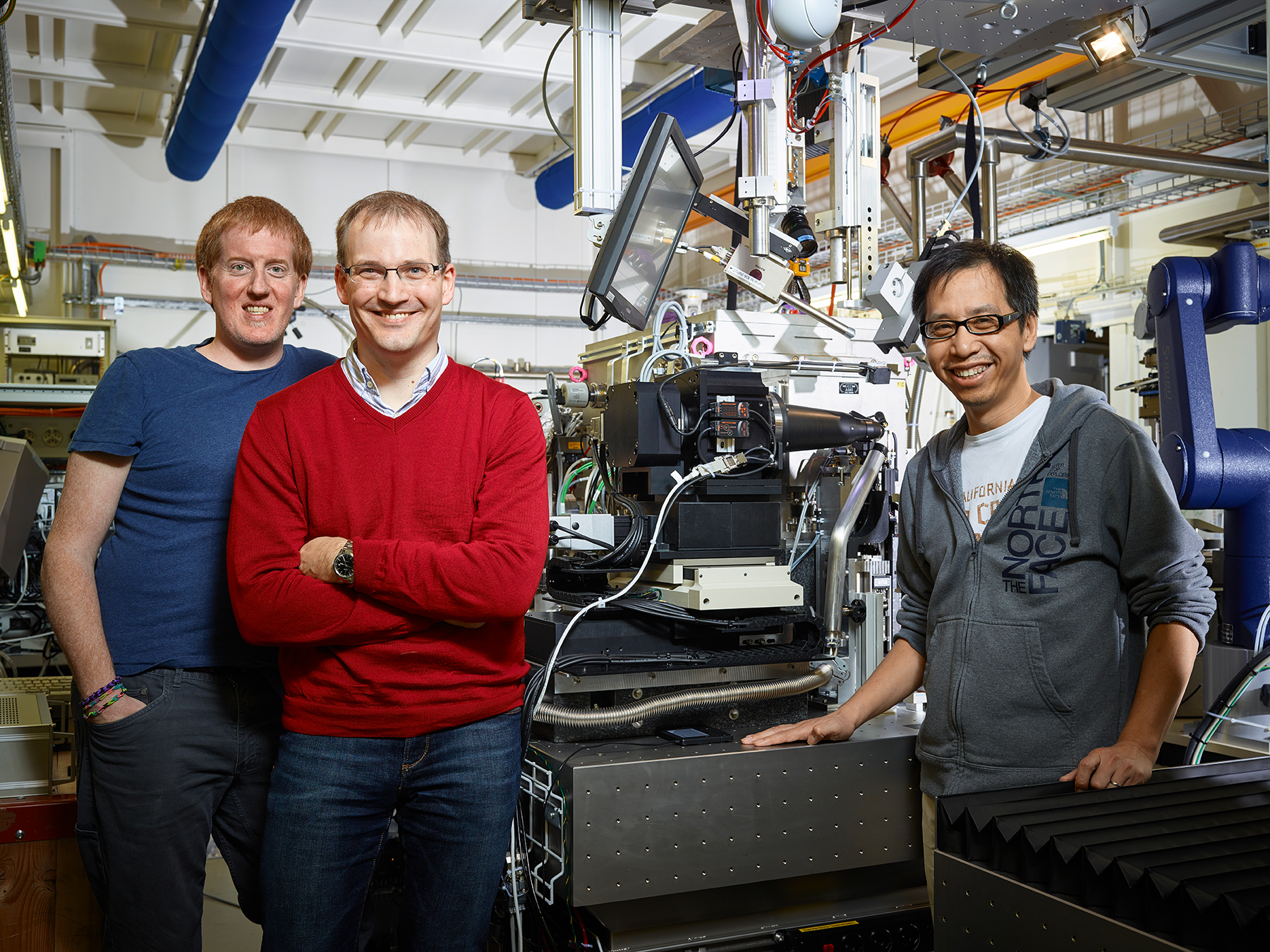 Christopher Milne, Jörg Standfuss and Meitian Wang at the SLS beamline, where experiments using serial crystallography are to be conducted in future.