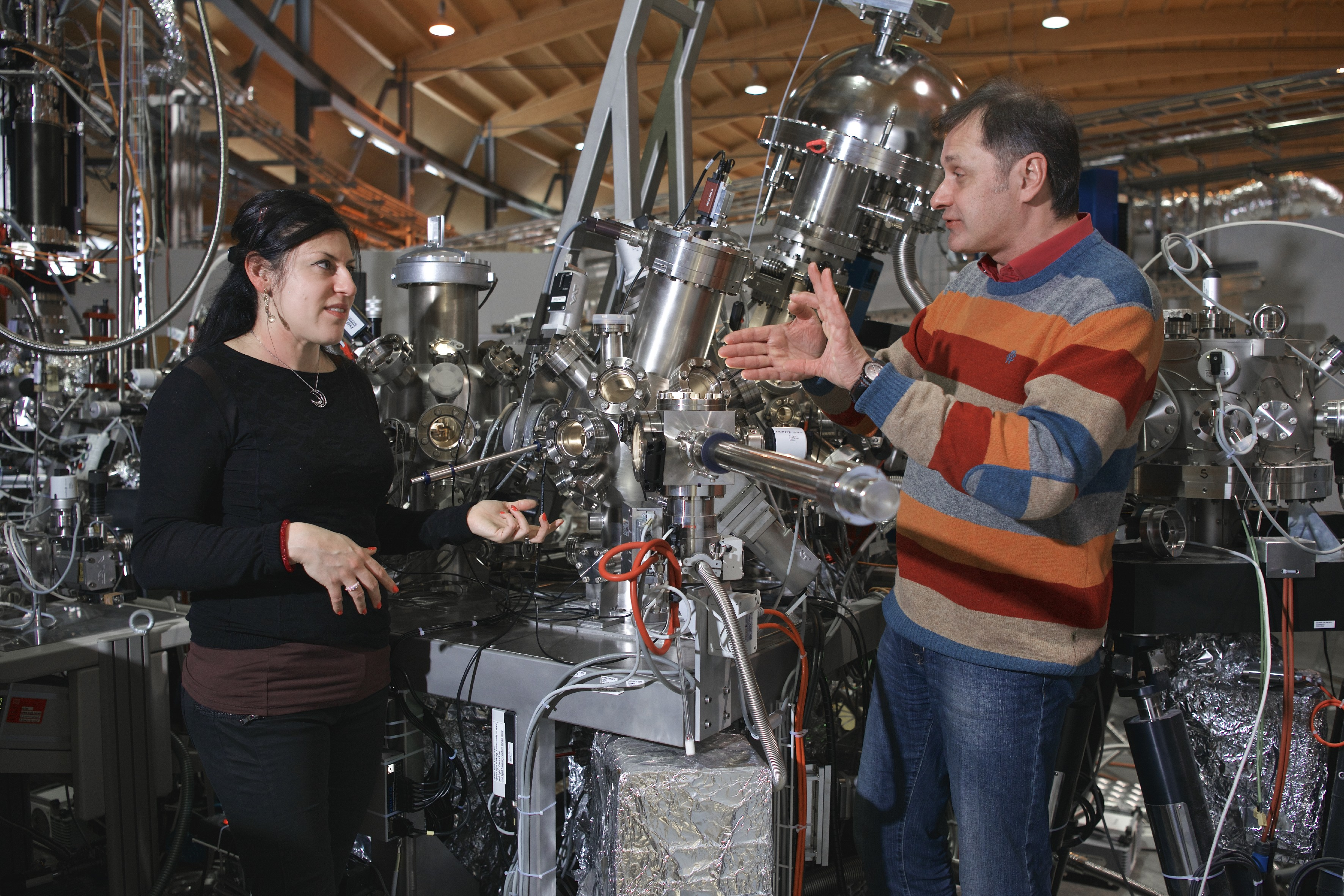 Researchers Claudia Cancellieri and Vladimir Strocov at the ADRESS beamline of the Swiss Light Source SLS of the Paul Scherrer Institute. Here they investigated the electrical current inside a complex material and thus gained insights that might prove useful for the development of energy-saving electronic components. (Photo: Paul Scherrer Institute/Markus Fischer)