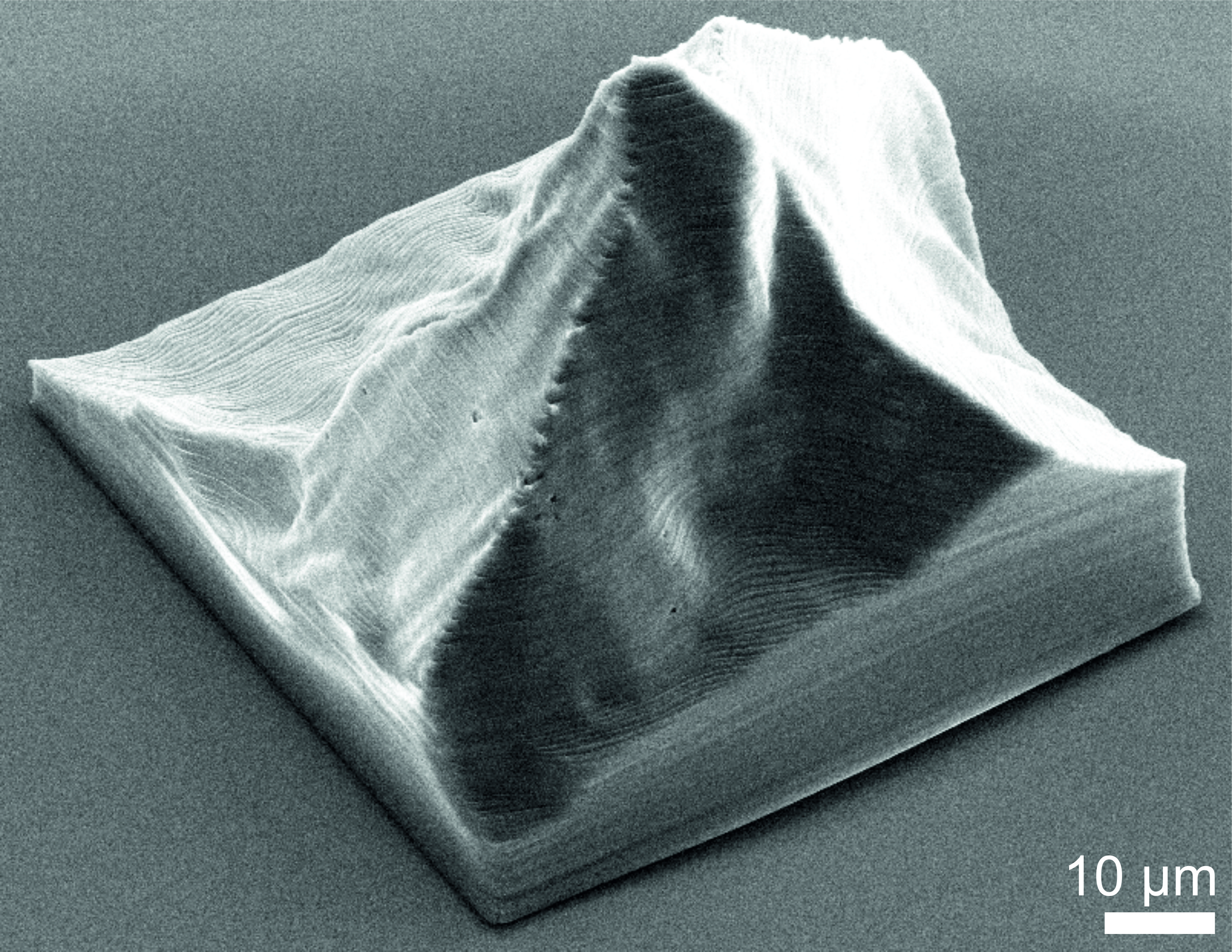 Electron micrograph of a 3-D model of the Matterhorn. The bar indicates a length of 10 micrometres, that is, one hundredth of a millimetre. (Figure: Paul Scherrer Institute)