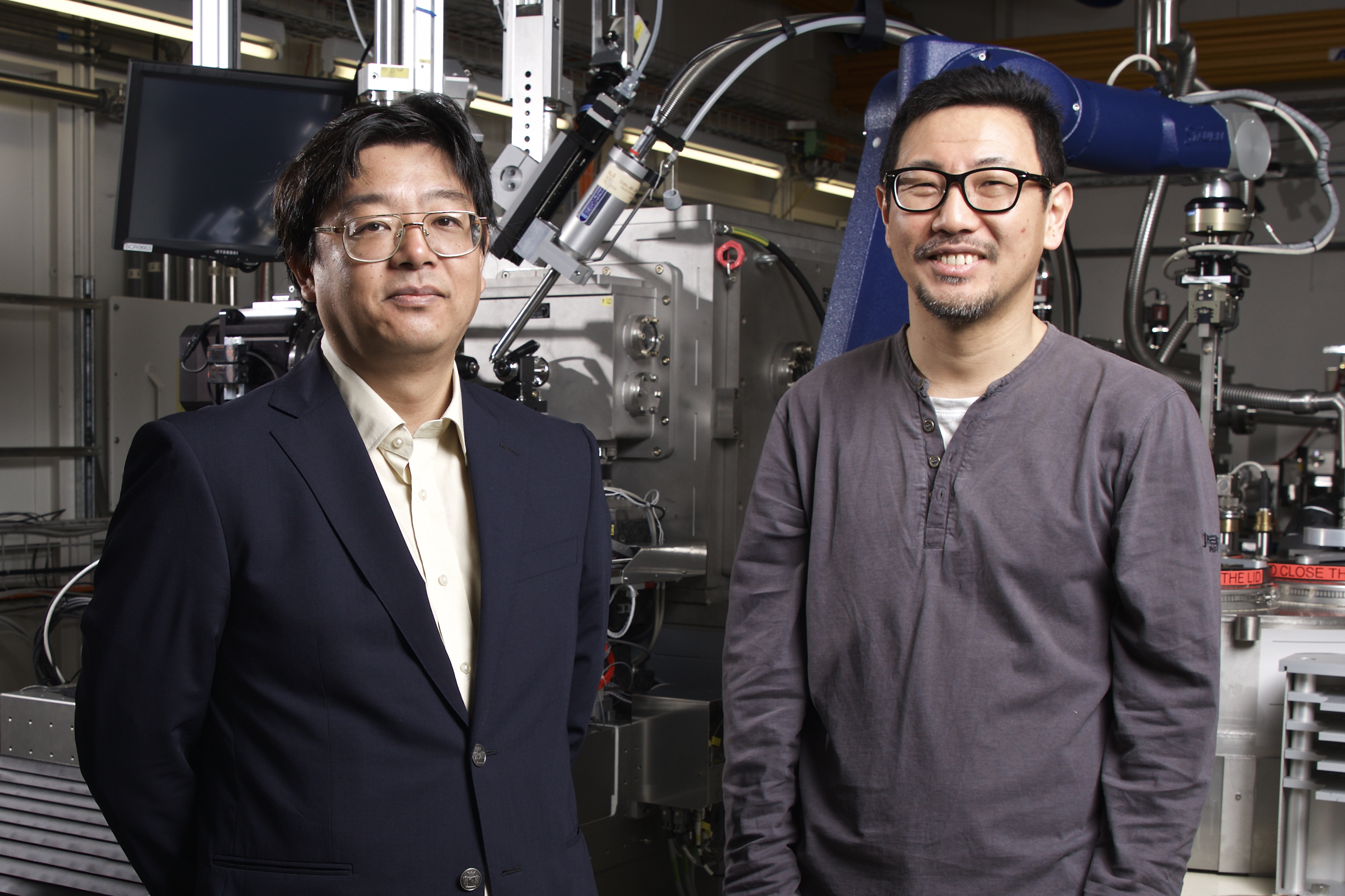 Soichiro Tsujino und Takashi Tomizaki at the macromolecular crystallography beamline at the SLS. The two scientists succeeded in analysing the structure of a protein at room temperature. To do that, they made a protein crystal in a drop of liquid hover in the air. (Photo: Paul Scherrer Institute/Markus Fischer)