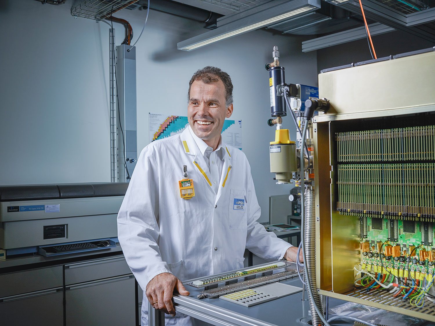 Robert Eichler leads the Heavy Elements Research Group at the Paul Scherrer Institute. He and his colleagues generate the short-lived atoms that are located at the far end of the periodic table of elements – and carry out chemical experiments with them in just fractions of seconds. (Photo: Scanderbeg Sauer Photography)