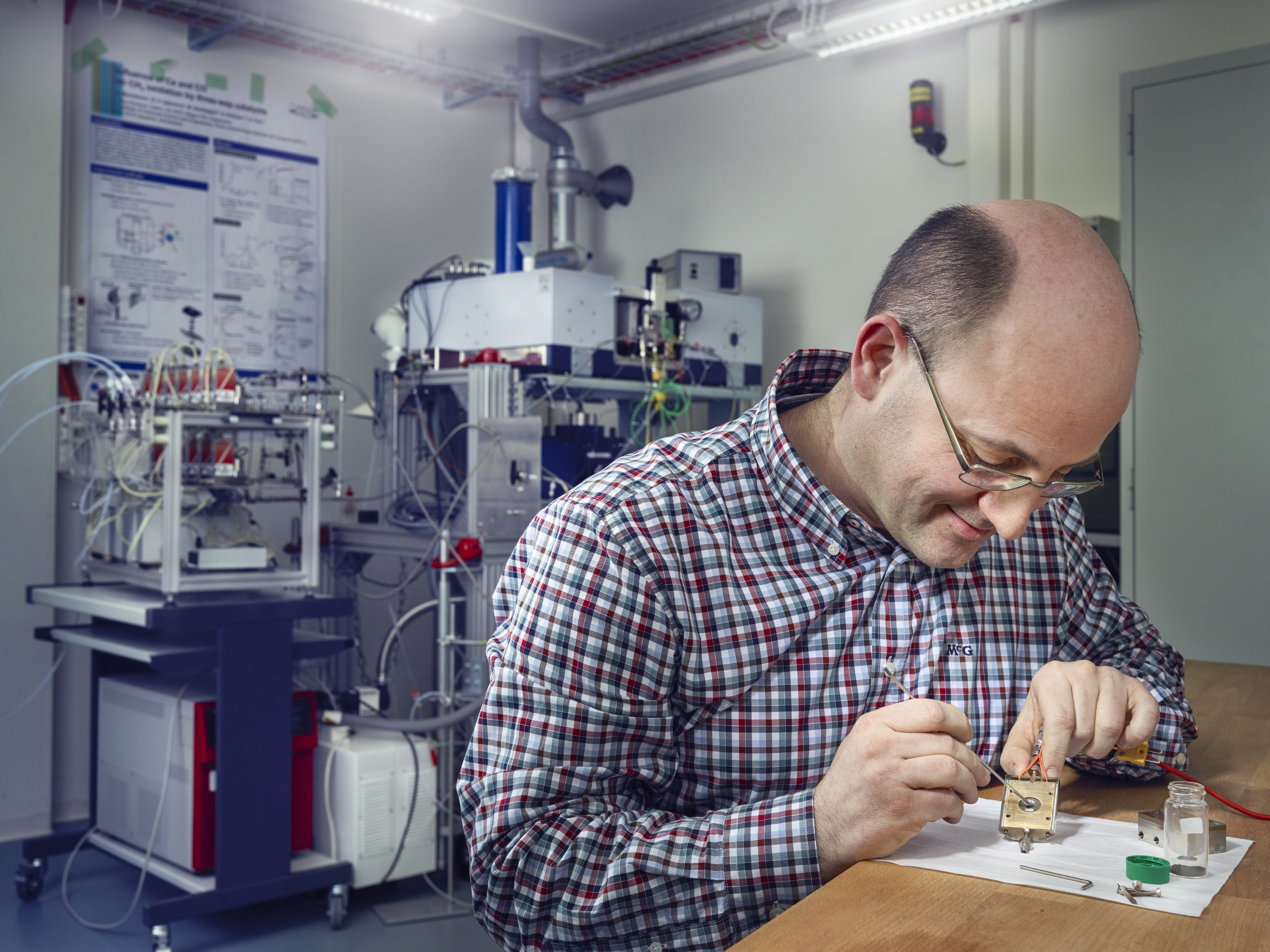 Davide Ferri prepares a catalyst sample in the measurement chamber. Afterwards the chamber will be mounted in the instrument visible in the background or moved to a beamline and probed there with synchrotron light. (Photo: Scanderbeg Sauer Photography)