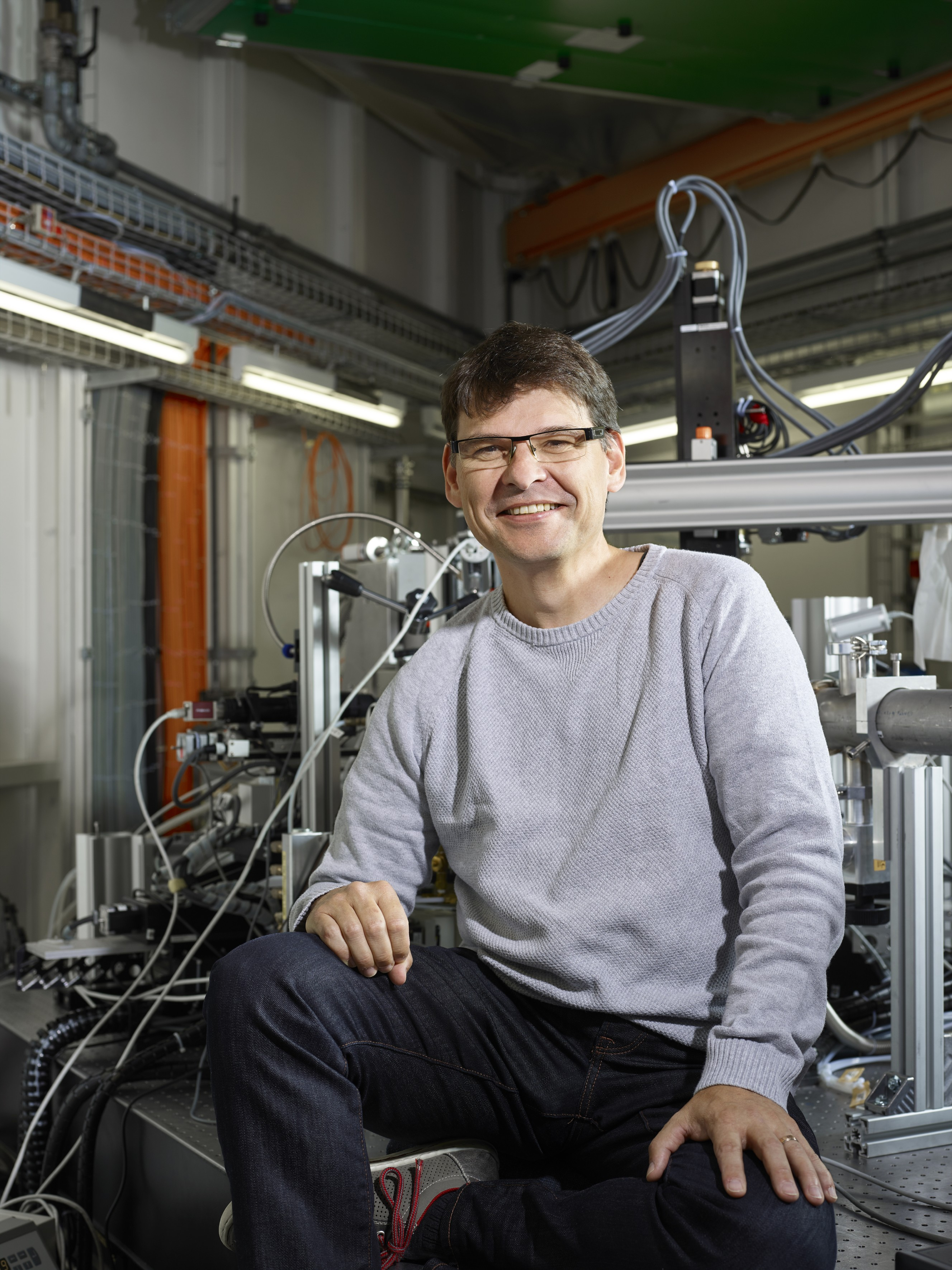 Researcher Daniel Grolimund at <q>his</q> beamline at the Swiss Light Source SLS of the PSI.  (Photo: Scanderbeg Sauer Photography)