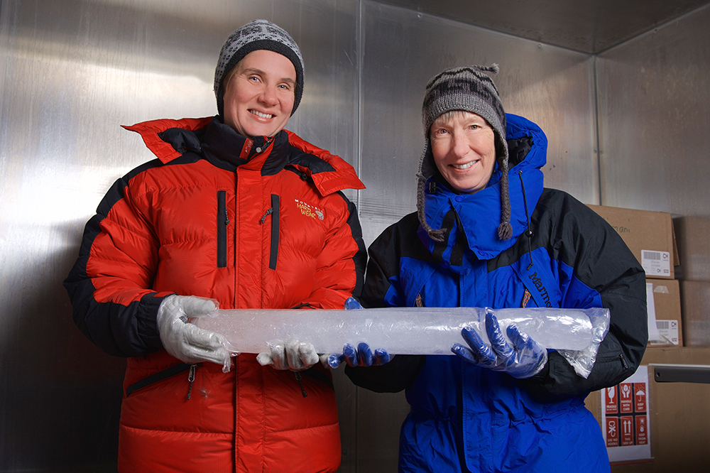 The PSI researchers Anja Eichler (left) and Margit Schwikowski, two authors of the study, in the cold room, where the ice core from Illimani was cut. (Photo: Paul Scherrer Institute/Markus Fischer)