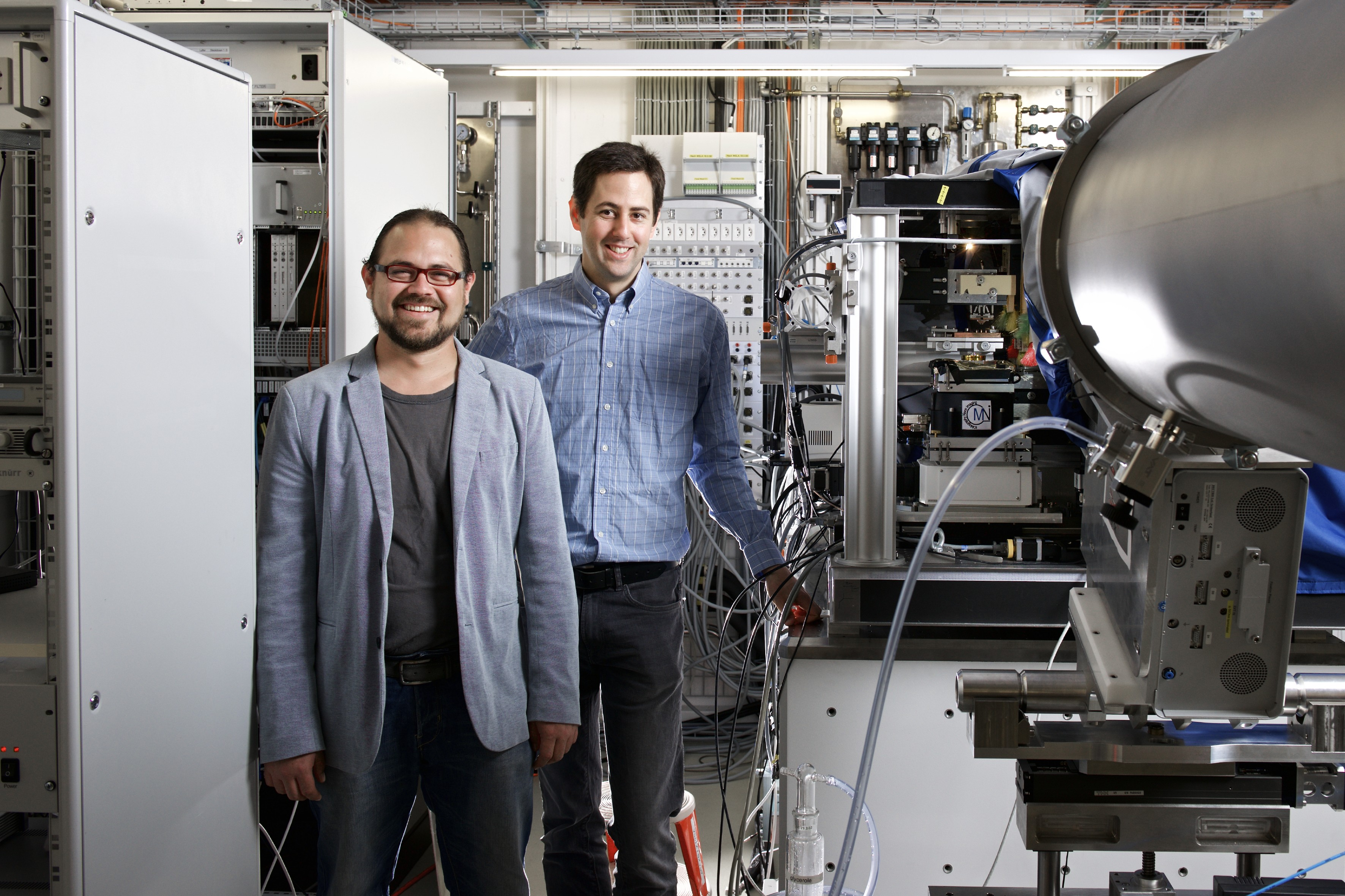 PSI researchers Mirko Holler (right) and Manuel Guizar-Sicairos at the cSAXS beamline of the Swiss Light Source SLS of the Paul Scherrer Institute. Here they made the three-dimensional structure of a microchip visible. (Photo: Paul Scherrer Institute/Markus Fischer)