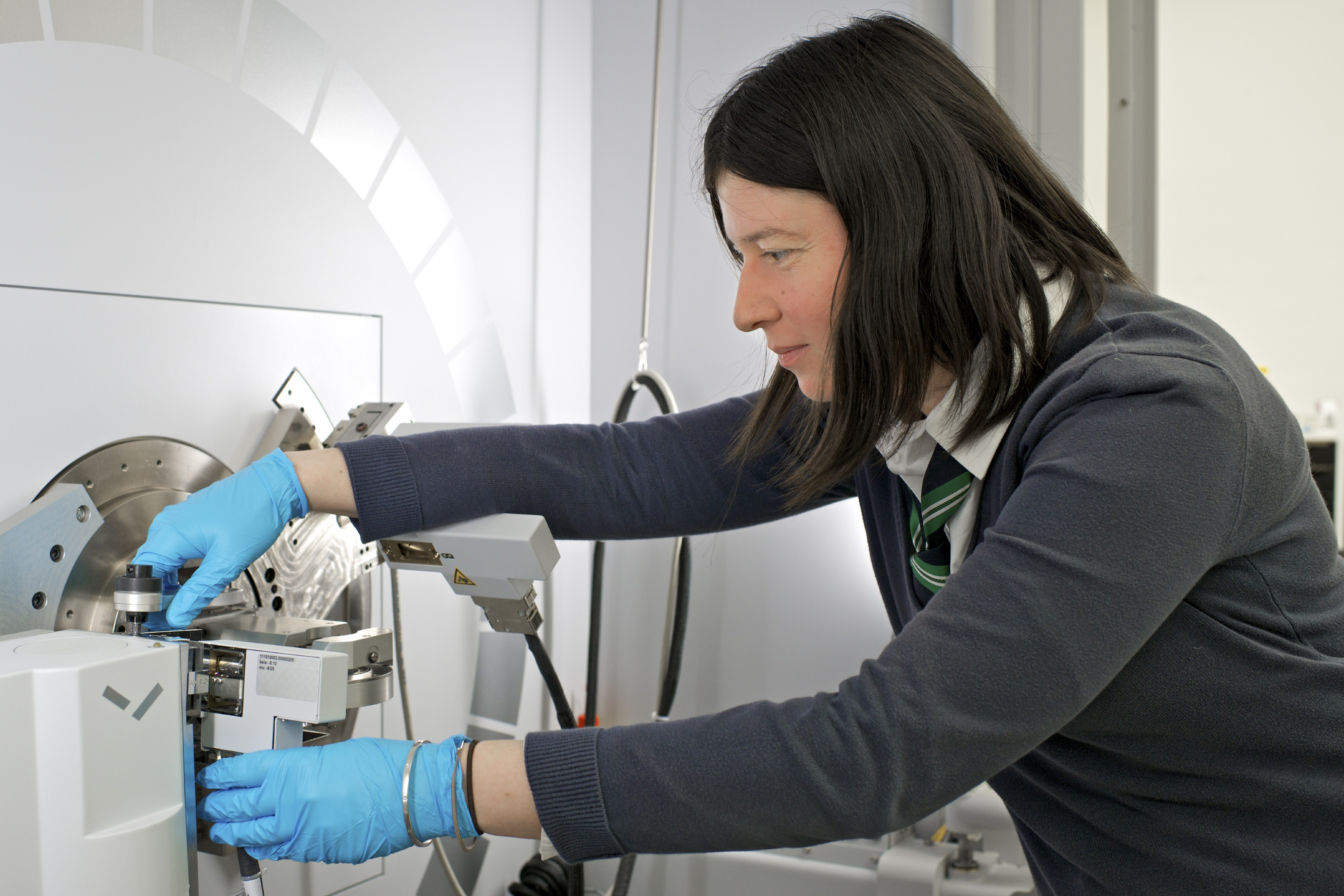 PSI researcher Claire Villevieille, head of the Battery Materials Group, at the instrument for X-ray diffraction. (Photo: Paul Scherrer Institute/Markus Fischer)