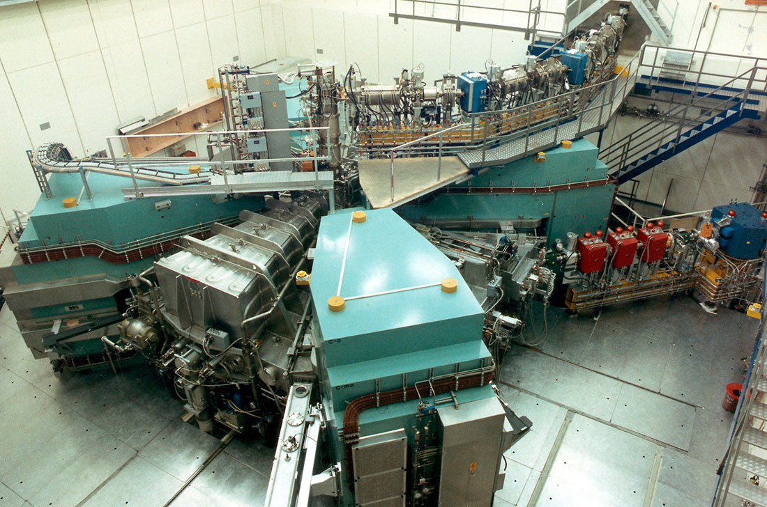 Injector 2, with turquoise-coloured magnets and the silver-coloured resonators clearly visible in the foreground. (Photo: Paul Scherrer Institute)