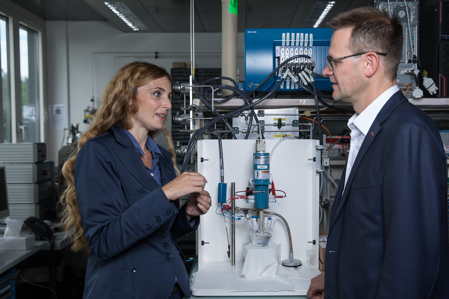 The scientists Emiliana Fabbri and Thomas Schmidt in a lab at PSI where they conducted experiments to study the performance of the newly developed catalyst for electrolysers. (Photo: Paul Scherrer Institute/Mahir Dzambegovic)