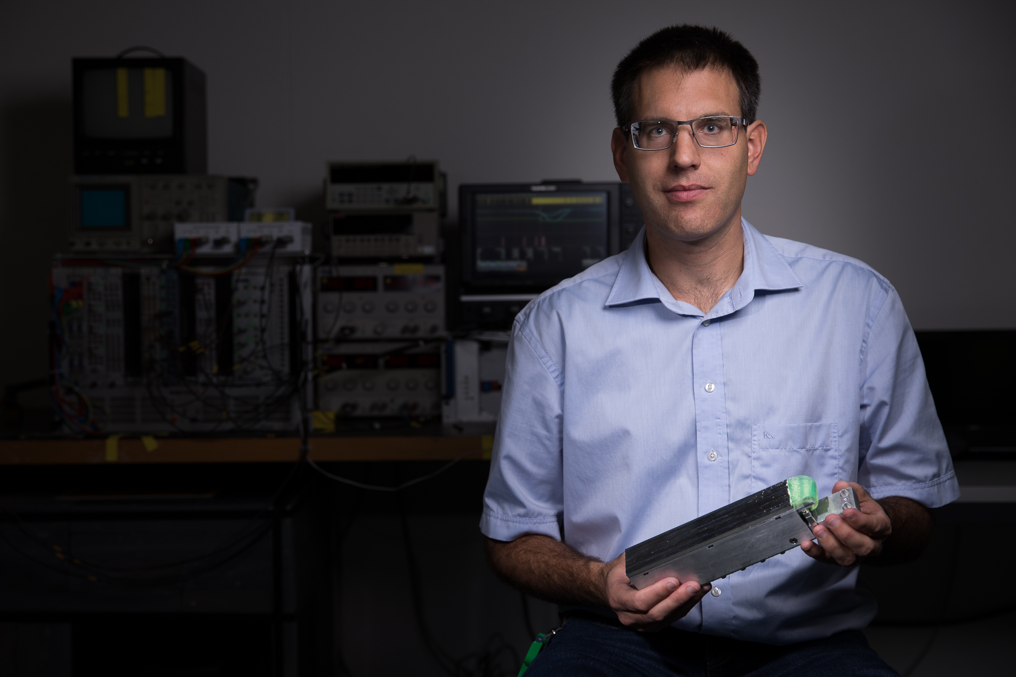 Jean-Baptiste Mosset, Gewinner eines PSI Founder Fellowships. In den Händen hält er einen Teil eines Neutronendetektors. (Foto: Paul Scherrer Institut/Mahir Dzambegovic)