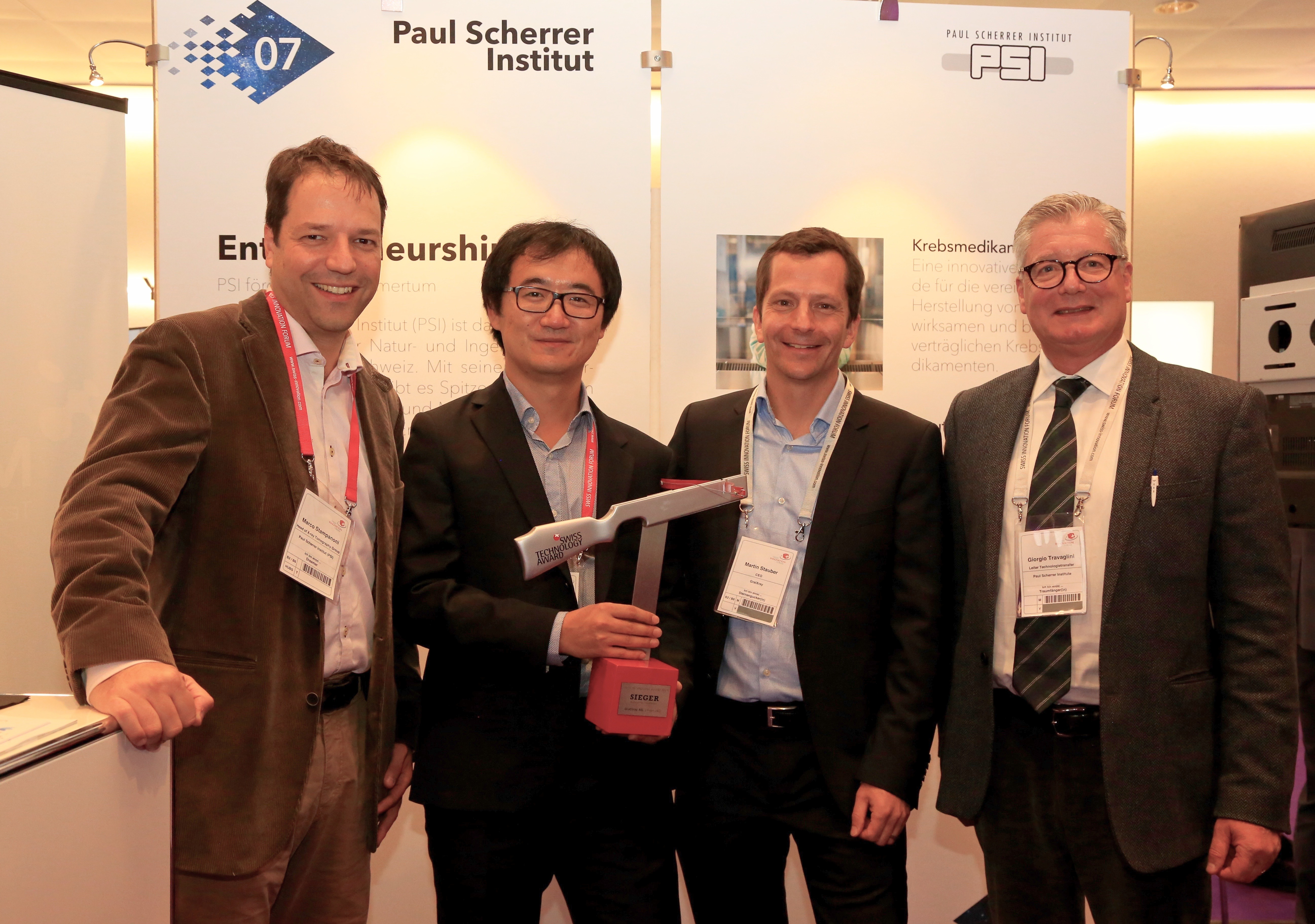 The Swiss Technology Award in the Inventors category goes to the PSI spin-off GratXray. Accepting the prize, from left to right: Marco Stampanoni, Zhentian Wang, Martin Stauber (CEO of GratXray), and Giorgio Travaglini (head of Technology Transfer at PSI). (Photo: Paul Scherrer Institute)