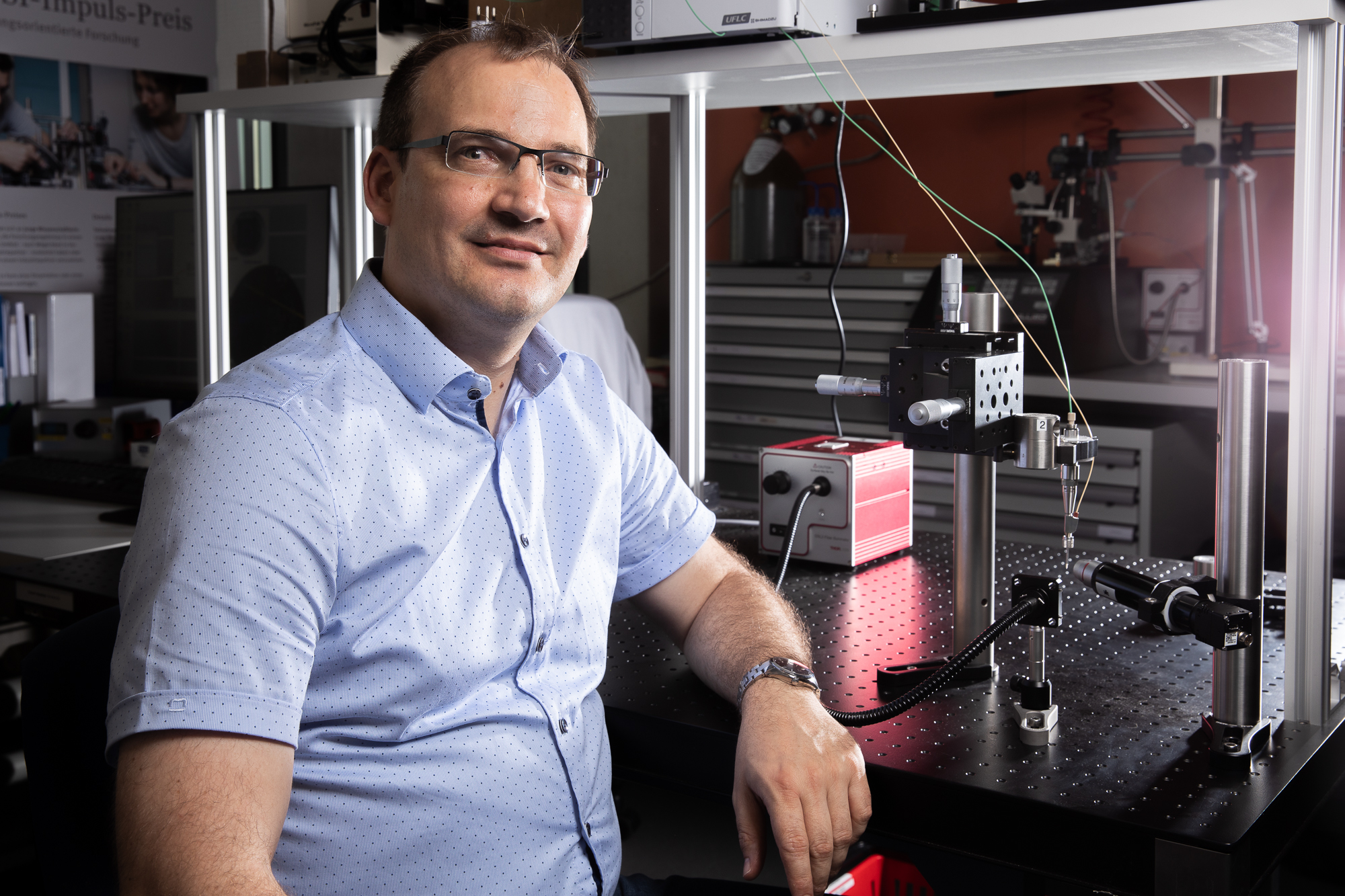 Jörg Standfuss at the injector with which protein crystals for the experiments at the Californian X-ray laser LCLS were tested. In the near future, this technology will also be available at PSI's X-ray laser SwissFEL, for scientists from all over the world. (Photo: Paul Scherrer Institute/Mahir Dzambegovic)