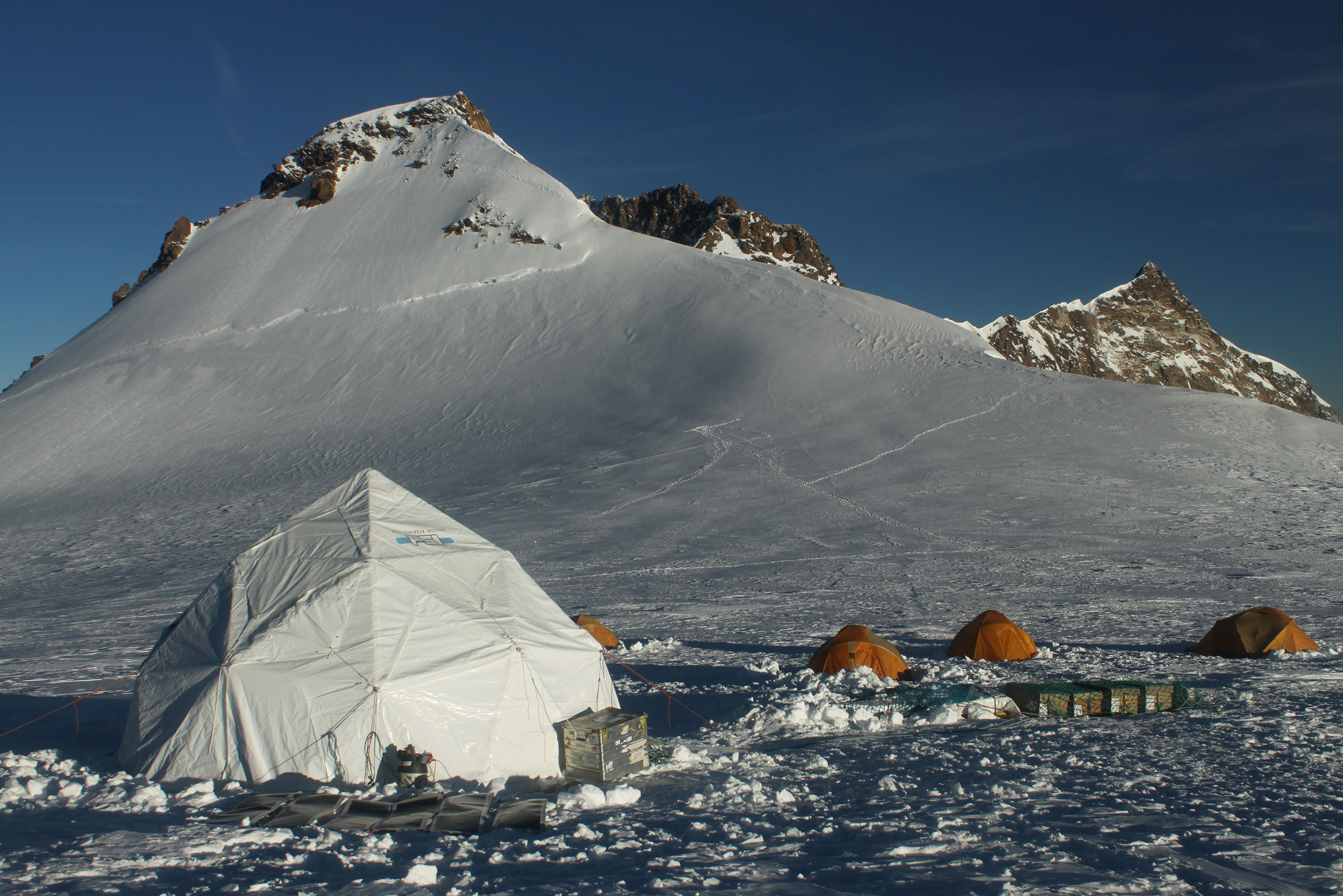 The researchers' camp in 2015 on the Colle Gnifetti, southeast of Zermatt. Here the research team took several ice cores up to 82 metres long in 2003 as well as 2015. (Photo: Paul Scherrer Institute/Michael Sigl)