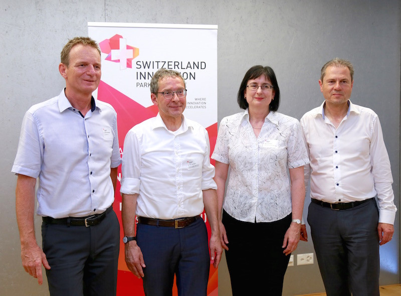 (From left to right) Dr. Benno Rechsteiner, CEO innovAARE AG, Dr. Urs Hofmann, Head of the Department of Economics and Internal Affairs of the Canton of Aargau, Maria Gumann, Chairwoman of the Executive Board of CPV/CAP Pensionskasse Coop, Dr. Remo Lütolf, Chairman of the Board of Directors of innovAARE AG.