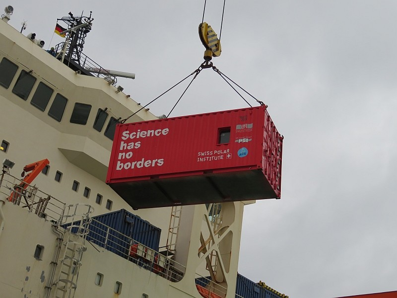 Offloading the atmospheric measurement container in Bremerhaven