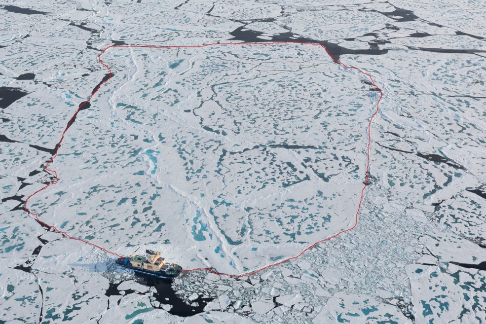 The ice floe with Oden moored to it. (credits: SPRS)