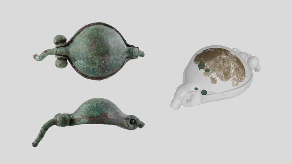 The bulging, once hinged hollow space in a Roman armlet. Because this had corroded shut over time, neutron imaging (see on the right) was employed to reveal what remains hidden there today. The method rendered visual among other things several little metal beads (coloured dark green). (Photo on the left: AVENTICUM - Roman Museum in Avenches / Andreas Schneider; Image on the right: Paul Scherrer Institute / Neutron Imaging and Activation Group)