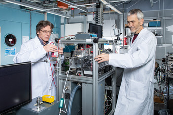 André Prévôt (right) und Urs Baltensperger at the newly developed device that analyses molecules in particulate matter.