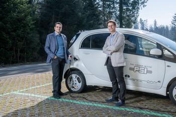 Elektromobilität wird bei der Energiewende eine wichtige Rolle spielen, wissen die Studienautoren Evangelos Panos (links) und Tom Kober.