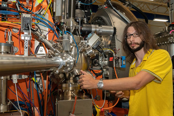 BNL scientist Jonathan Pelliciari studied a barium-iron-arsenide in detail as part of his doctoral thesis at PSI.