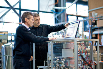 PSI scientists Urs Baltensperger (left) and André Prévôt with the mass spectrometer that made new insights into the creation of particulates in the atmosphere possible.