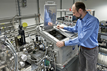 PSI researcher Benjamin Watts mounting a sample at the PolLux beamline at the Swiss Light Source SLS. Here, the investigation into the structure of conducting polymer materials are performed.