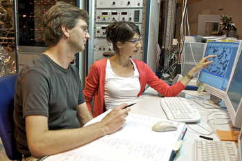 Elena Mengotti and PSI researcher Frithjof Nolting, responsible for the microscopy beamline at the Swiss Light Source SLS, discuss their measurement results. (Source: PSI/M. Fischer)