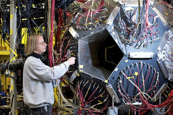 PSI scientist Bernhard Lauss with the detector array used in the determination of the muon lifetime (PSI/F. Reiser)