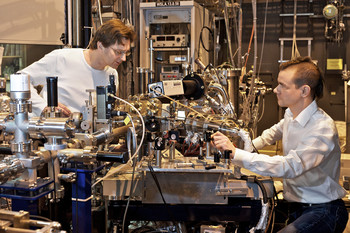 PSI scientists Frithjof Nolting (left) und Loïc Le Guyader at the x-ray microscope at the Swiss Light Source. Here, the magnetic structures have been investigated.  (Paul Scherrer Institute/M. Fischer)