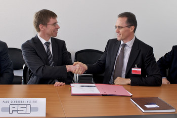 PSI Director Joël Mesot and Peter Matton, President IMI Nuclear, at the signing of the licence agreement.