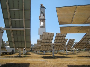 At the Solar Platform in Almeria (Spain), sunlight is focussed using about 75 solar mirrors at the PSI/Holcim pilot plant for producing synthesis gas from carbonaceous materials. The bright spot on the tower marks the point at which the sunlight is focussed onto the reactor.