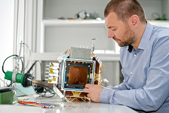 Postdoctoral researcher Marco Cortesi is in charge of developping the fast neutron detector. Source: Markus Fischer/ Paul Scherrer Institute.
